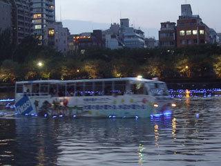 バスが川にっ!